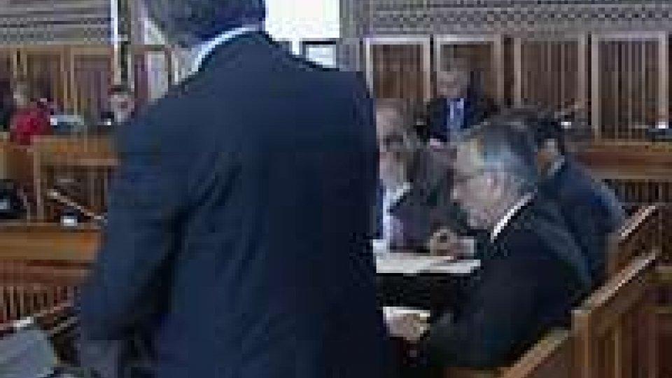 Il segretario alle Finanze consegna ai capigruppo la lista degli oltre 1500 evasori fiscaliClaudio Felici consegna ai capigruppo la lista degli oltre 1500 evasori fiscali