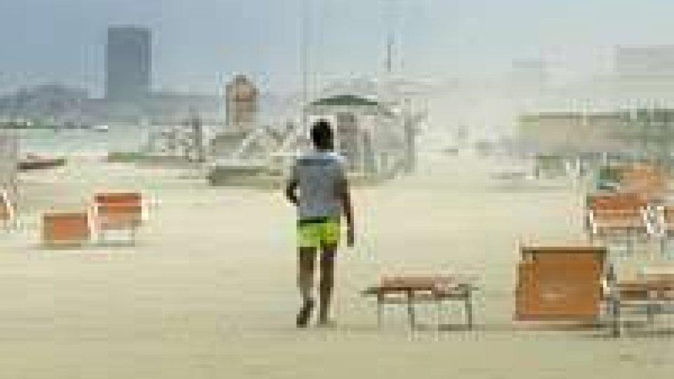 Meteo: tempesta di sabbia a Rimini e bombe d'acqua nel modeneseMeteo: tempesta di sabbia a Rimini e bombe d'acqua nel modenese