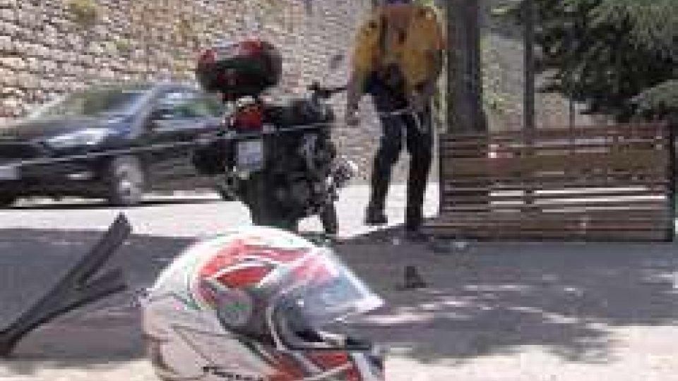 La Polizia Civile sul posto[VIDEO] Incidente sullo Stradone: moto finisce contro una panchina