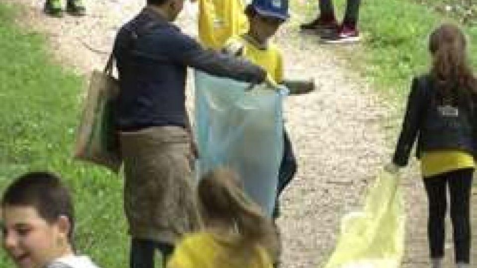 """Giornata ecologica a FaetanoGiornata ecologica a Faetano, in tanti per aiutare la """"nostra casa comune"""" [VIDEO]"""
