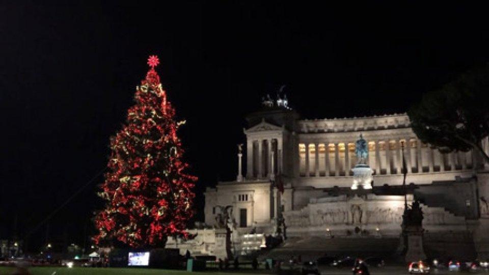 """""""Spelacchio""""Inaugurato l'albero di Natale di Roma, che ormai si è auto soprannominato """"Spelacchio"""""""
