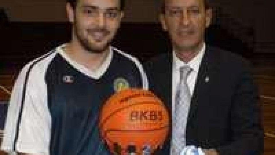 Elia Guerra, capitano del Basket 2000, riceve dalle mani del Presidente Giardi il trofeo dei campioni nazionali.Basket 2000 campione di San Marino