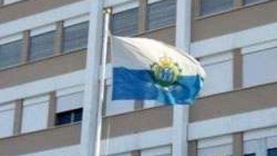 La bandiera di San Marino davanti all'Ospedale