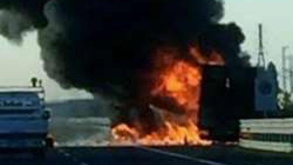 Camion in fiamme sulla A1, code interminabili (Foto Reggiosera.it)