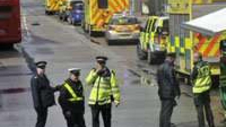 Londra: prende 4 ostaggi perchè non gli rilasciano la patente