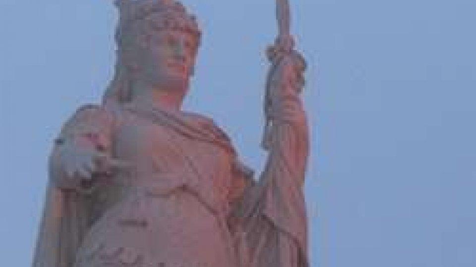 La Statua della Libertà illuminata di rosa