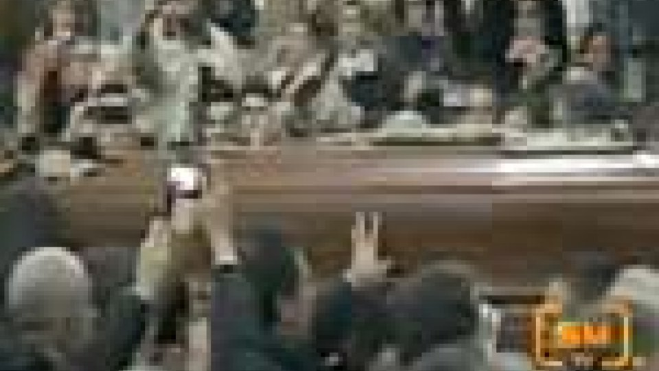 In centomila per rendere l'ultimo saluto a Lucio DallaIn centomila a Bologna per rendere l'ultimo saluto a Lucio Dalla