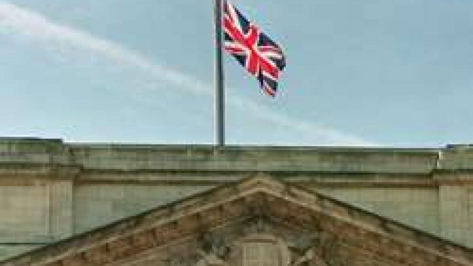 La bandiera a mezz'asta su Buckingham Palace