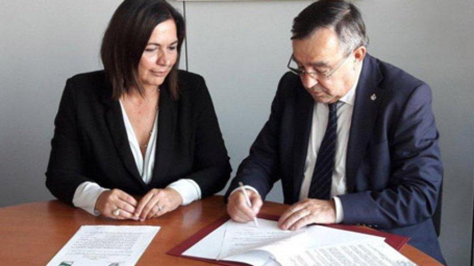 La firma dell'accordo fra Augusto Michelotti e Paola GazzoloAmbiente e rifiuti: nuovo accordo San Marino-Emilia-Romagna