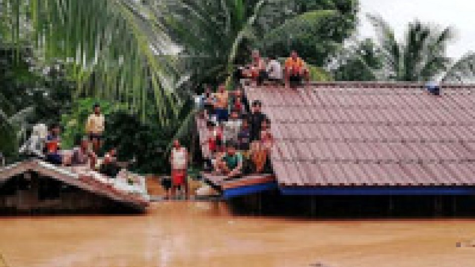 Cede una diga in Laos