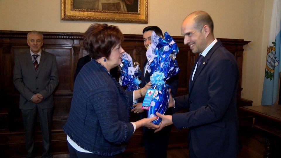 La presidente Patrizia Cavalli consegna le uova ai Capitani Reggenti