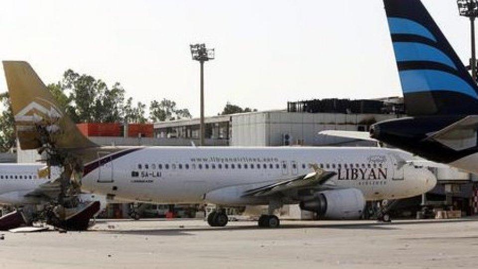 Libia: raid aereo su aeroporto civile di Tripoli. Sfiorata la strage