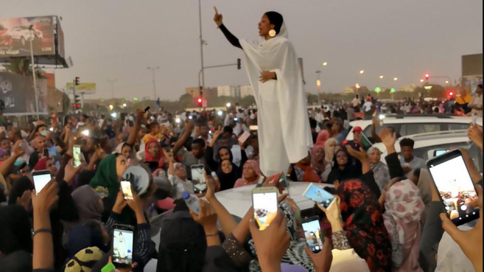 Alaa Salah, la ragazza simbolo delle proteste in Sudan. Foto twitter