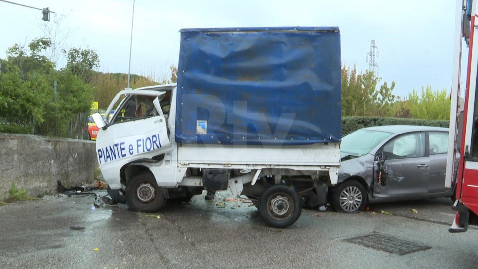 Incidente a Riccione: autista trasportato al Bufalini con codice di massima gravità - LE IMMAGINI DELLO SCONTRO