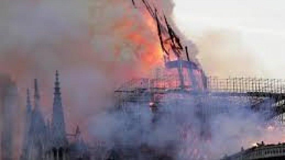 Notre-Dame: donati 700 milioni per la ricostruzione. Polemiche sui soccorsi