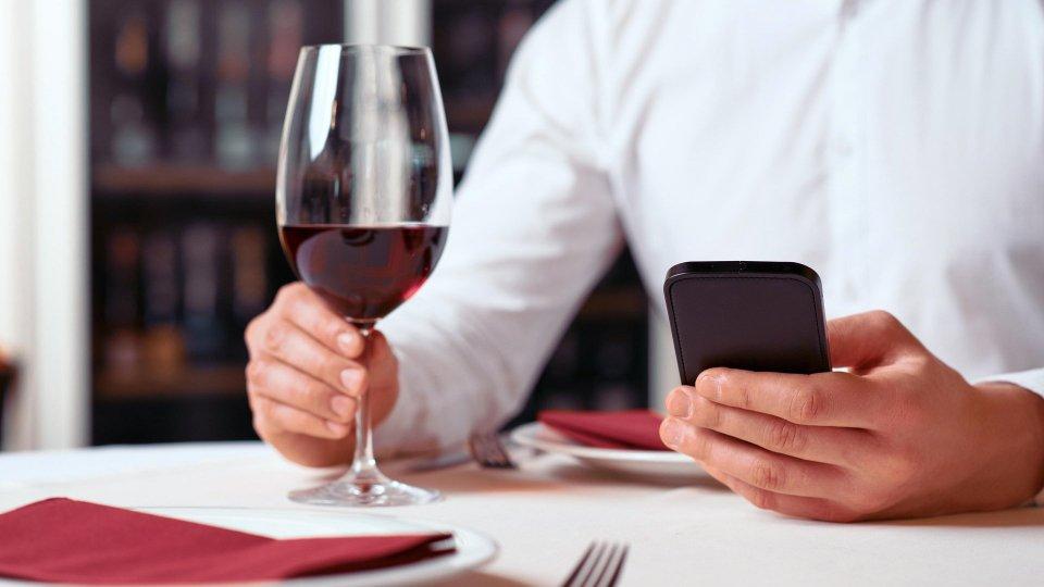 Il cellulare a tavola fa ingrassare
