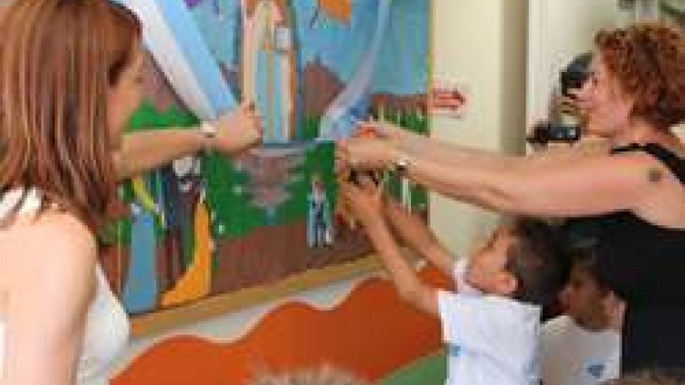 Gli alunni della Scuola dell'Infanzia donano un'opera ai bambini della Pediatria