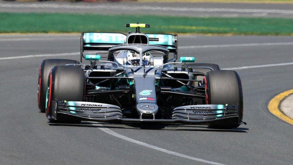 F1, Bottas in pole in Azerbaijan. Leclerc contro le barriere