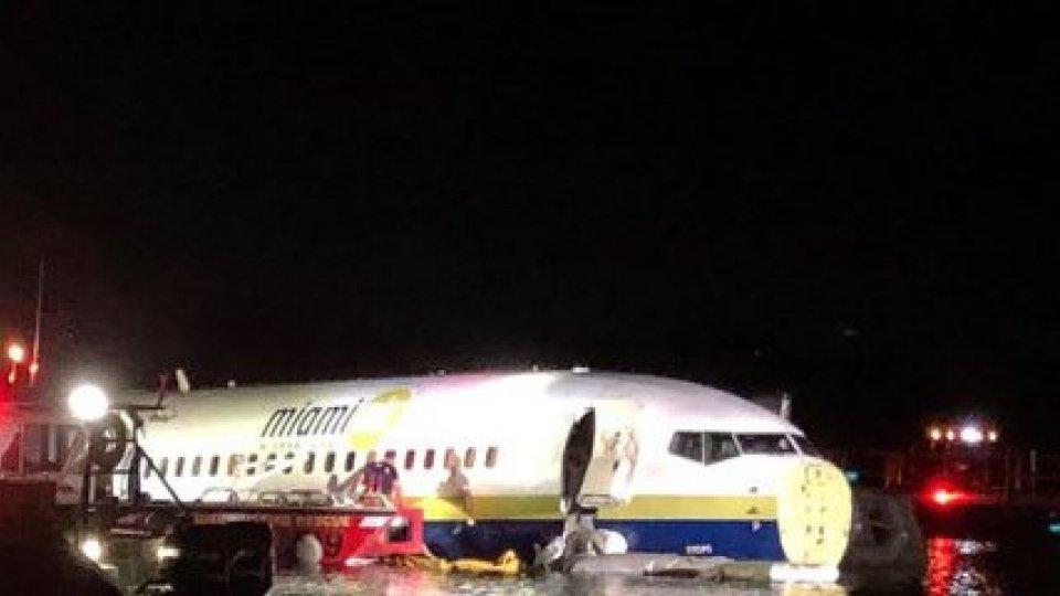 Boeing fuori pista in un fiume: 21 feriti