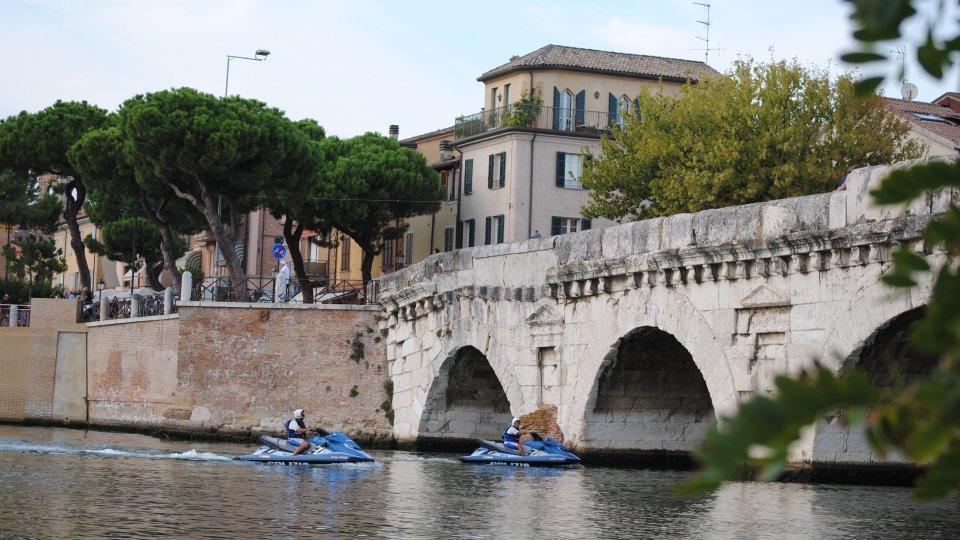 Rimini: si sporgeva sul ponte di Tiberio, 36enne salvata dalla Polizia