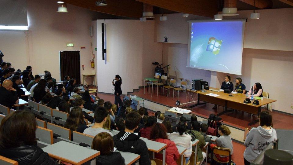 Studenti e professori dell'Einaudi aprono le porte alla Polizia