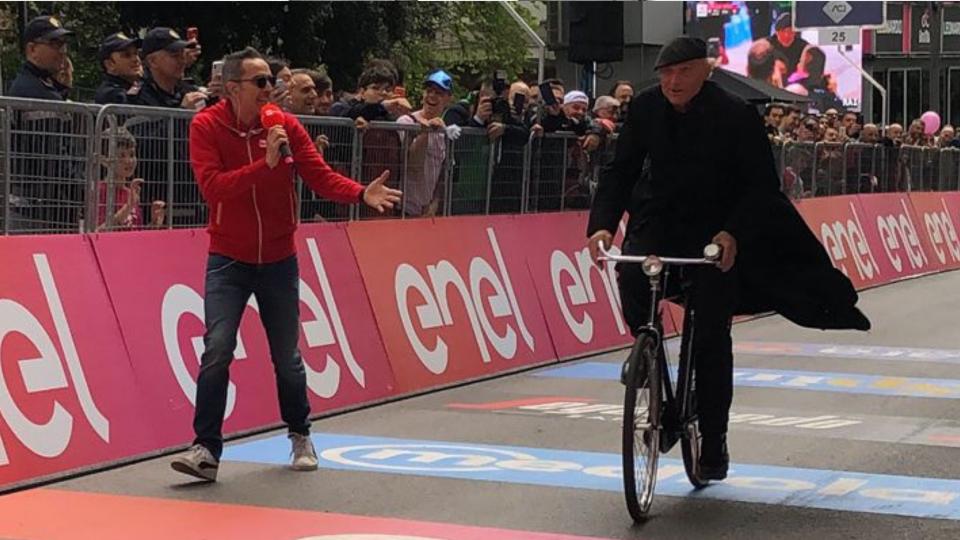 Sorpresa al Giro d'Italia: Don Matteo taglia il traguardo
