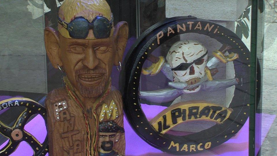 la scultura dedicata a Pantani