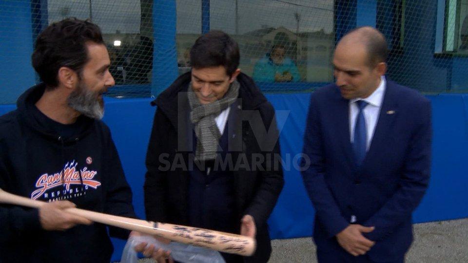 Ai Capi di Stato sono state donate due mazze autografate dai giocatori di San Marino e la pallina celebrativa dei 50' anni della Federazione