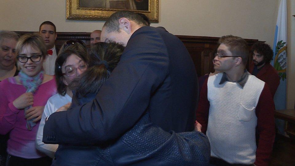l'abbraccio tra i ragazzi e i Capi di Stato