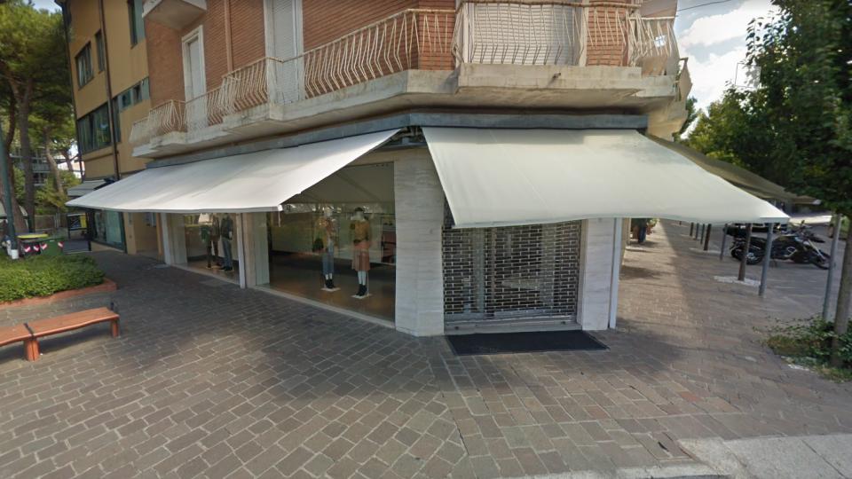 Il negozio colpito. Foto repertorio @google maps