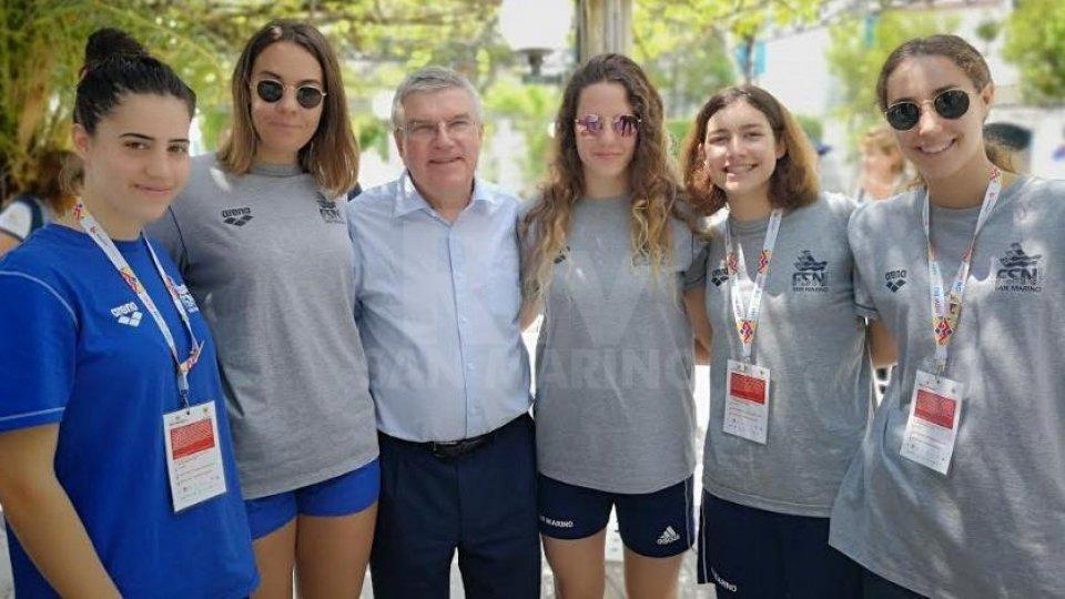 Il presidente del CIO Thomas Bach con le ragazze del nuoto