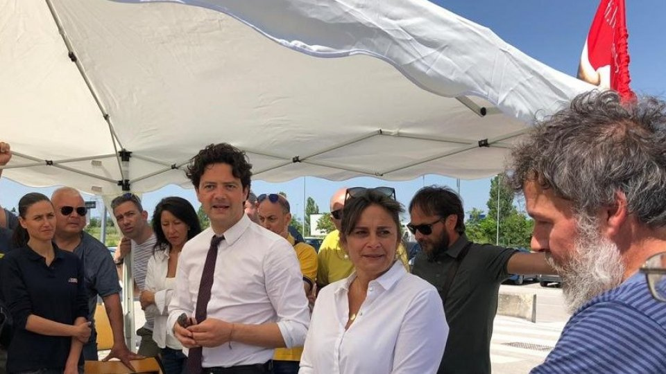 Fallimento Mercatone Uno: l'assessore Mattia Morolli incontra i lavoratori del Mercatone Uno al presidio di Rimini nord