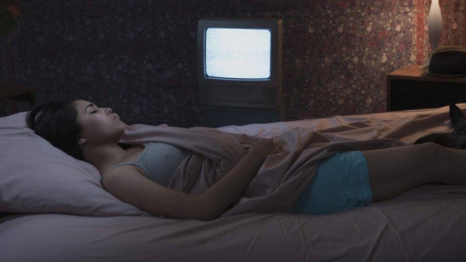 Se lasci la tv accesa mentre dormi ingrasserai