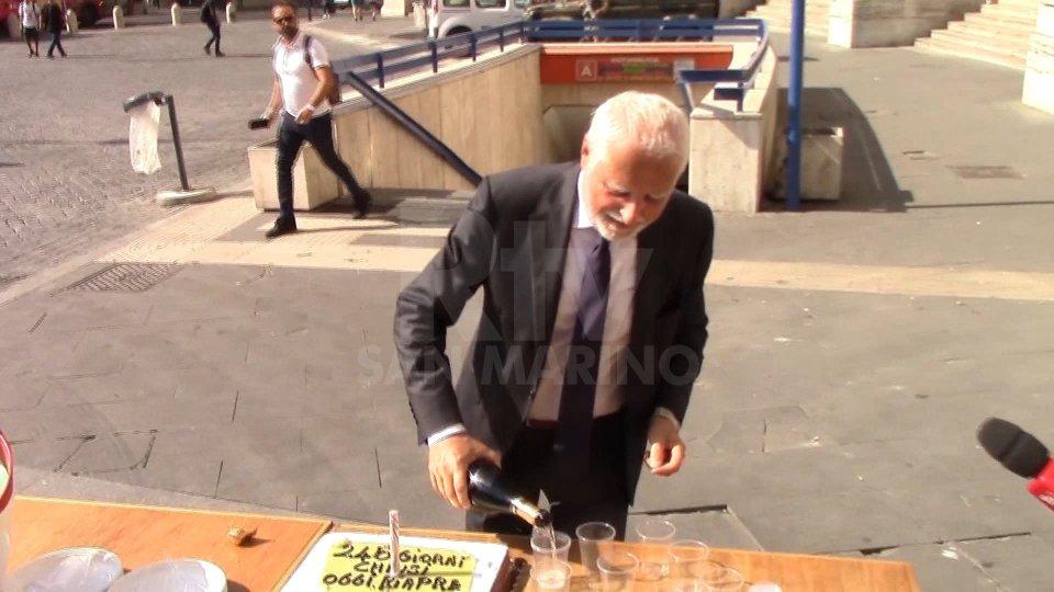 Roma, dopo 246 giorni riapre la stazione metro Repubblica: commercianti festeggiano con torta e prosecco