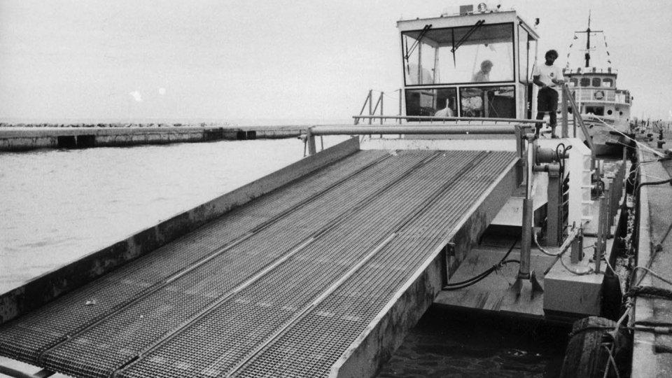 Nella foto: il battello antialghe - foto Venanzio Raggi – 1989 / Archivio fotografico Biblioteca Gambalunga