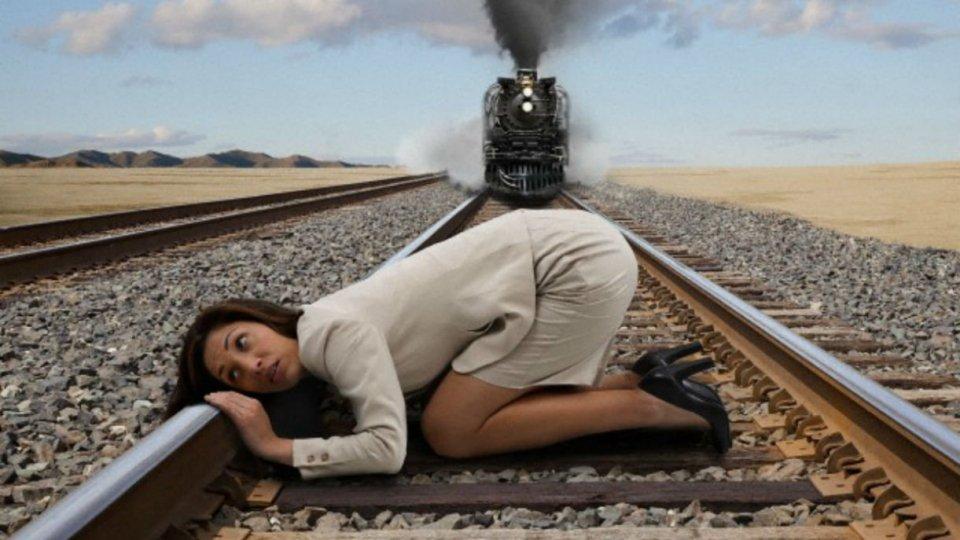 """Treno fermo per un'ora """"Potete scendete per utilizzare i bagni"""" ma riparte dopo pochi minuti"""