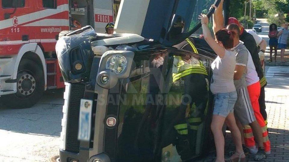 Dogana: si ribalta con l'auto intervengono i vigili del fuoco per liberarla