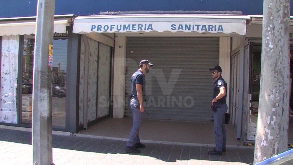 I controlli della Polizia davanti al negozio