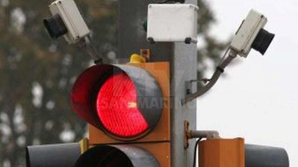 Rimini: ogni giorno in 10 passano con il semaforo rosso