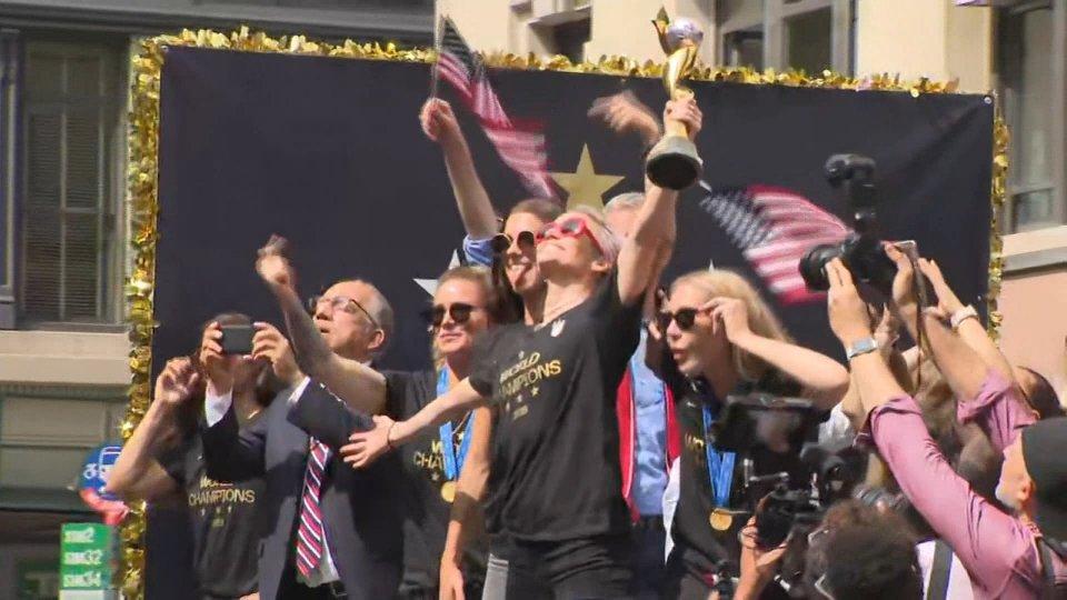 Mondiali femminili: le campionesse americane festeggiano per le vie di Manhattan