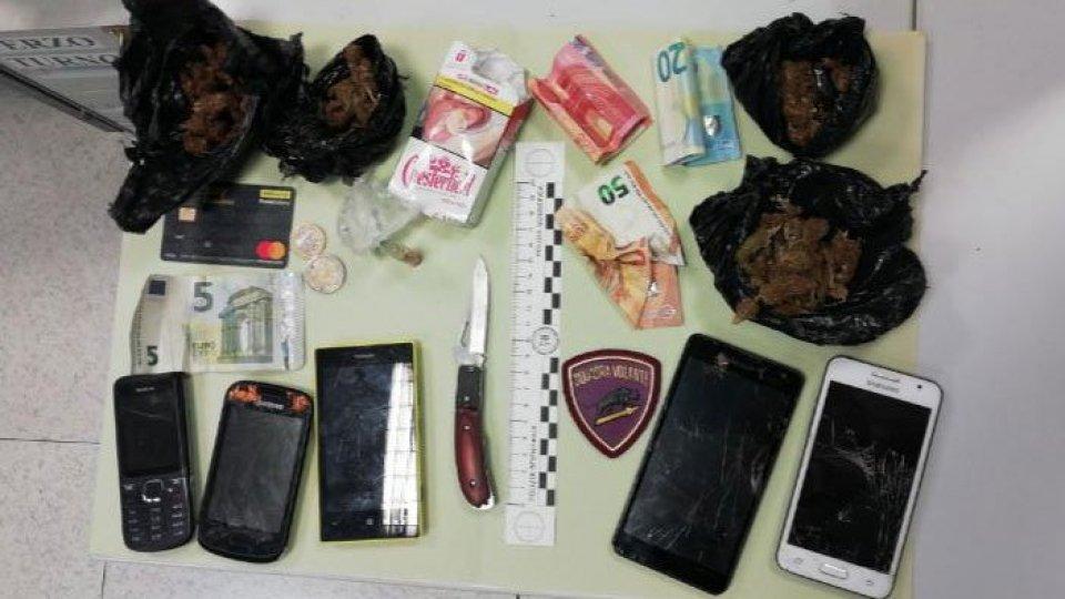 Rimini, spacciavano in centro: in tasca droga, cellulari e un coltello