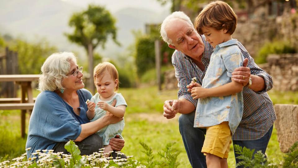 Nonni che in Svezia saranno pagati per prendersi cura dei nipoti