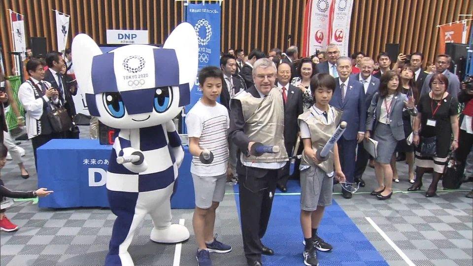 Al centro l'ex schermidore Thomas Bach, ora presidente del Comitato Olimpico Internazionale