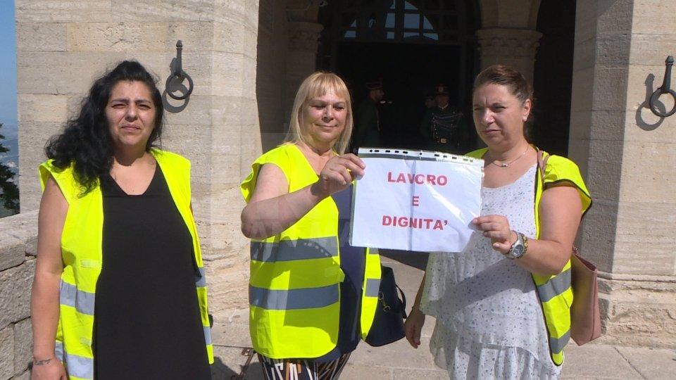 Primi tre gilet gialli a Palazzo Pubblico chiedono lavoro e dignità