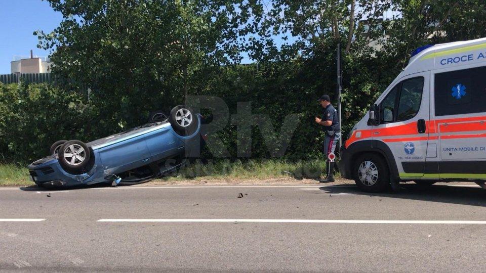 Ss16: auto sammarinese si ribalta dopo scontro senza gravi conseguenze