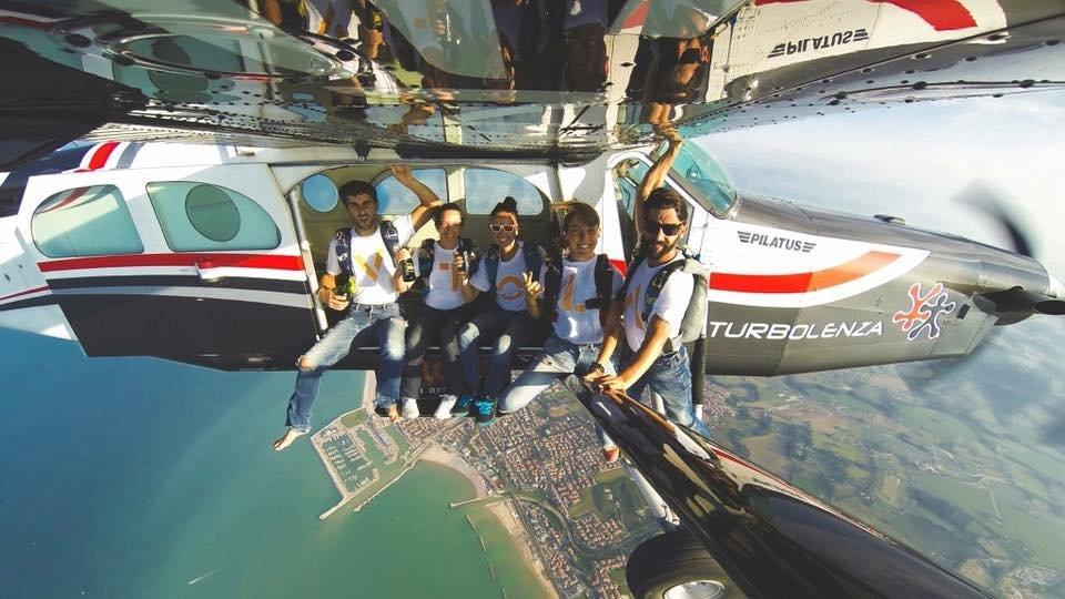 Paracadutisti, aerei acrobatici e trial bike per il più grande show volante della Riviera