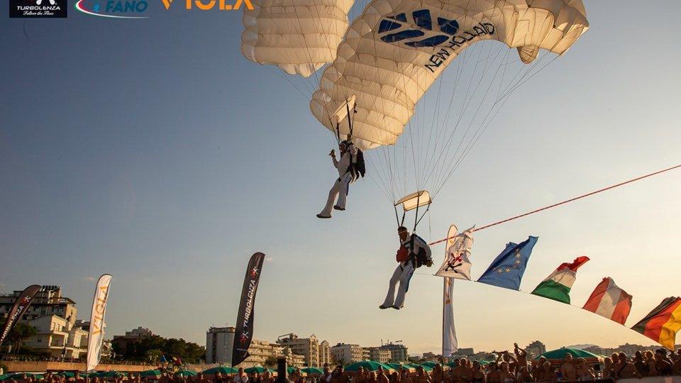 Grande successo per 'Viola - Drink like a skydiver' sulla spiaggia di Cattolica