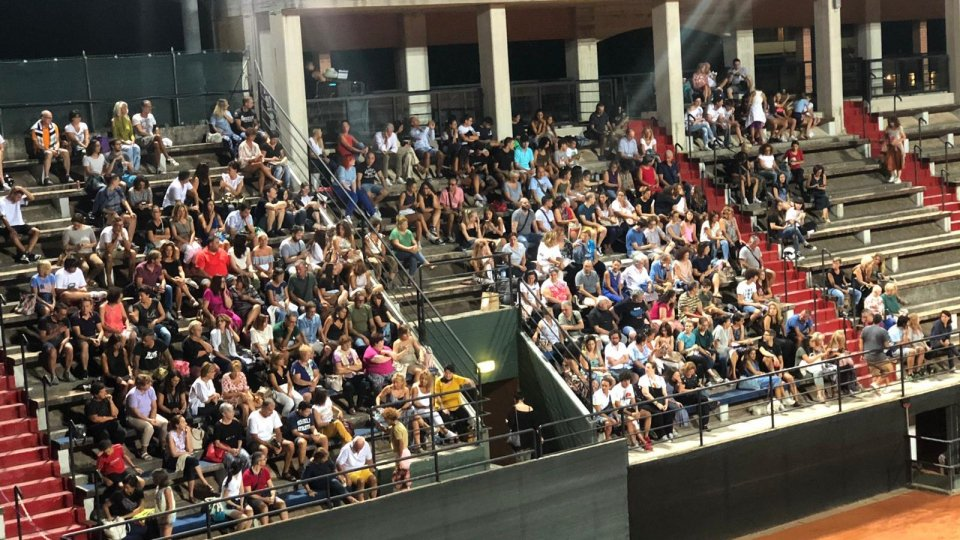 In tanti sulle gradinate del tennis per gustarsi un bel film
