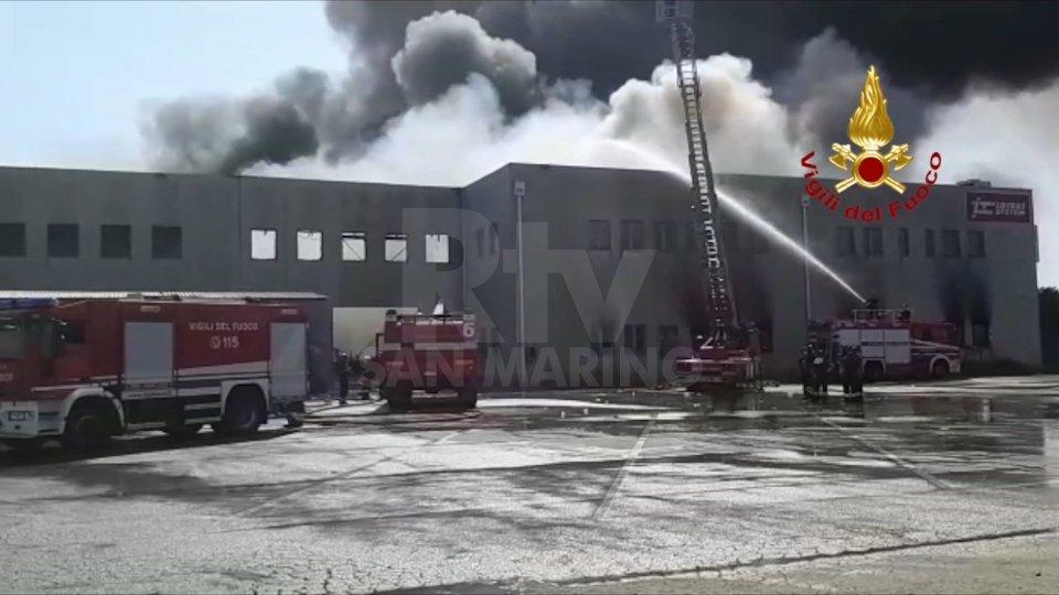 Il peggio è passato: ormai domato dai Vigili del Fuoco il maxi-incendio di Faenza