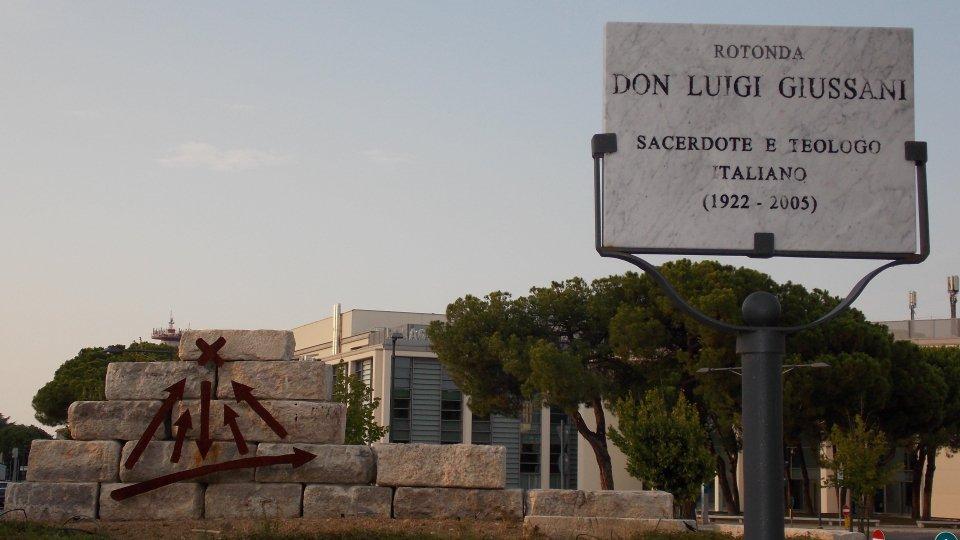 """Enigmatico e umano: lo schema alla lavagna di don Giussani irrompe come nuovo """"segno"""" stradale a Rimini"""